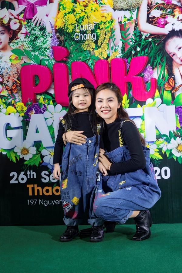 Nữ diễn viên Vân Trang dắt tay con gái, bé Nì đến tham dự sự kiện. Hai mẹ con nổi bật với trang phục đôi trên thảm đỏ Pink Garden Show.