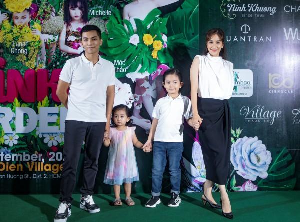 Gia đình Khánh Thi Phan Hiển diện trang phục ton sur ton trắng năng động đến xem show. Hai nhóc tỳ Kubi và công chúa nhỏ Anna dường như lấn át ba và mẹ với những biểu cảm lí lắc trên thảm đỏ.