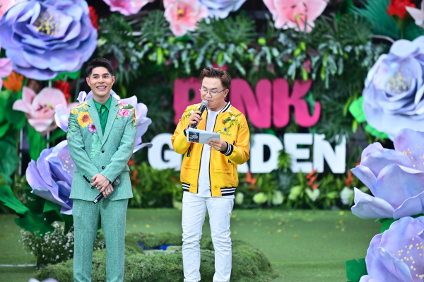 MC Đại Nghĩa sải bước tự tin mở màn cho buổi tiệc thời trang trong một thiết kế chủ đề gắn hoạ tiết hoa tươi.