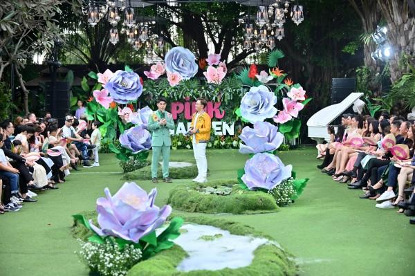 Sàn diễn Pink Garden Show được thiết kế đặc biệt với đường catwalk trên thảm cỏ kết hợp cùng khuôn viên hoa cỏ nhỏ xinh tạo ra thế giới thời trang tuyệt diệu mà bất cứ cô bé, cậu bé nào cũng ước mơ một lần được chạm tới.