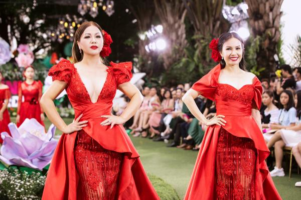 Cẩm Ly và Minh Tuyết xuất hiện trong vai trò vedette mặc thiết kế 'sinh đôi',cùng sải bước tự tin và kiêu hãnh như những đoá hồng diễm lệ trở thành điểm nhấn trongRose & Child của NTK Tuấn Trần.