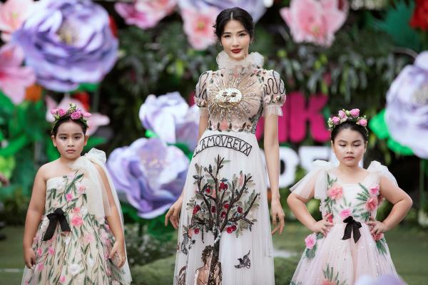 Á hậu Hoàng Thuỳ mặc bộ trang phục chủ đề của bộ sưu tập có phần trình diễn trình diễn ấn tượng cùng hai mẫu nhí Luna Chong và Suri Thiên Kim.Á hậu Hoàng Thuỳ mặc bộ trang phục chủ đề của bộ sưu tập có phần trình diễn ấn tượng cùng hai mẫu nhí Luna Chong và Suri Thiên Kim.