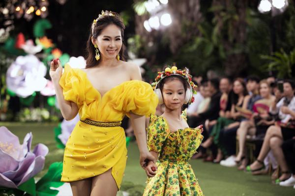 Lương Bích Hữu tái xuất làm first face trên sàn runway Pink Garden show 2020