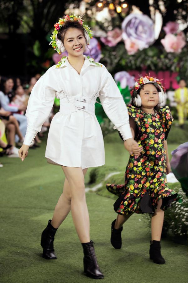 Chị em Cẩm Ly - Minh Tuyết bất ngờ 'đại náo' sàn catwalk 9