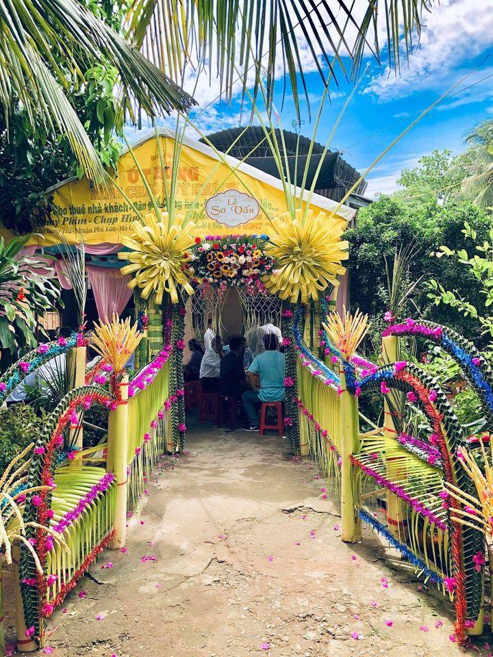 Cổng cưới kết lá dừa trong lễ đính hôn tại Tiền Giang. Ảnh: Nguyễn Đăng Khoa.