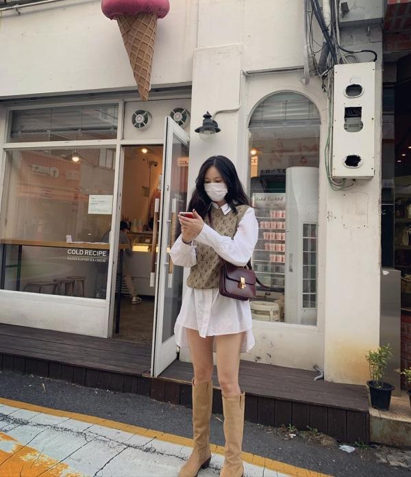 Mùa thu là mùa của những set đồ layering, và Hyuna đã bắt trend rất tốt. Style layering của cô là áo gile len mix ngoài áo blouse mặc theo kiểu giấu quần khoe chân thon. Ngoài ra, Hyuna còn mix với boots cao cổ chung tông màu beige để tổng thể có sự đồng điệu.