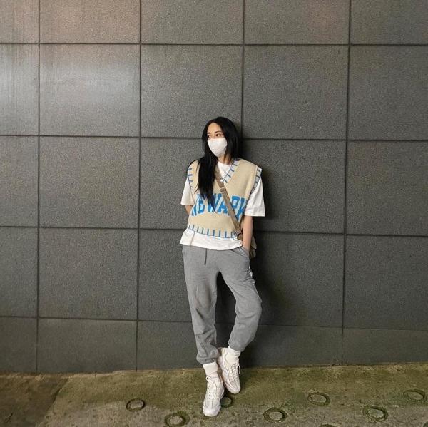 Cũng vẫn là gile len và style layering nhưng với Joo Yeon thì lại nghiêng về phong cách bụi bặm, cá tính nhiều hơn. Đó là do cô nàng mix cùng áo phông trắng basic và quần jogger cùng giày sneaker.