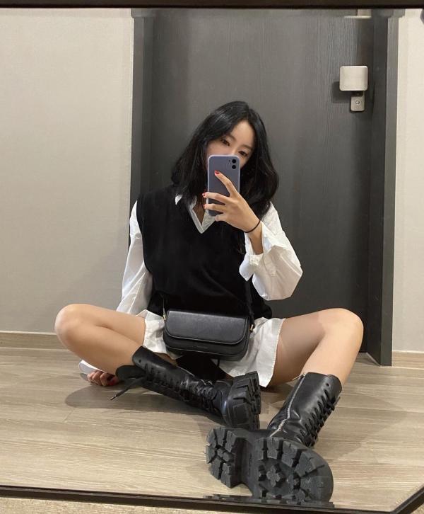 Hyomin cũng gia nhập hội 'mê đắm' gile len phối áo blouse cho ngày thu se lạnh. Cô nàng chọn 2 màu chủ đạo cho set đồ là đen - trắng nên không sợ bị lạc quẻ.