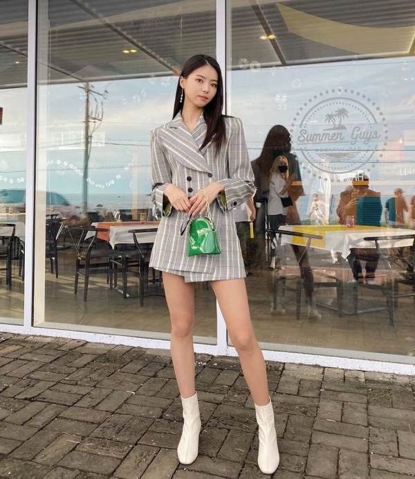Cựu thành viên IOI và Pristin Im Nayoung khoe style 'nữ tổng tài' cực sang chảnh.