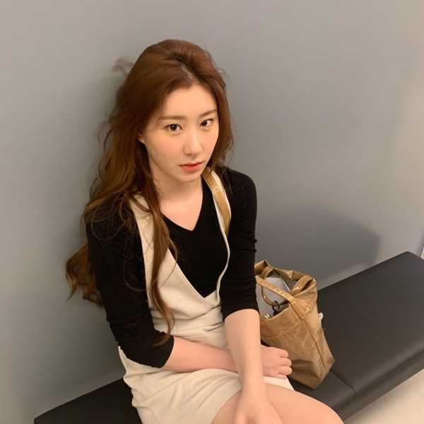 Công thức phối yếm len và áo dài tay như Chaeryeong tuy không mới nhưng được cái lại hiệu quả vô cùng. Cô nàng cũng phối theo 2 màu đen - nude nên rất ưng mắt.