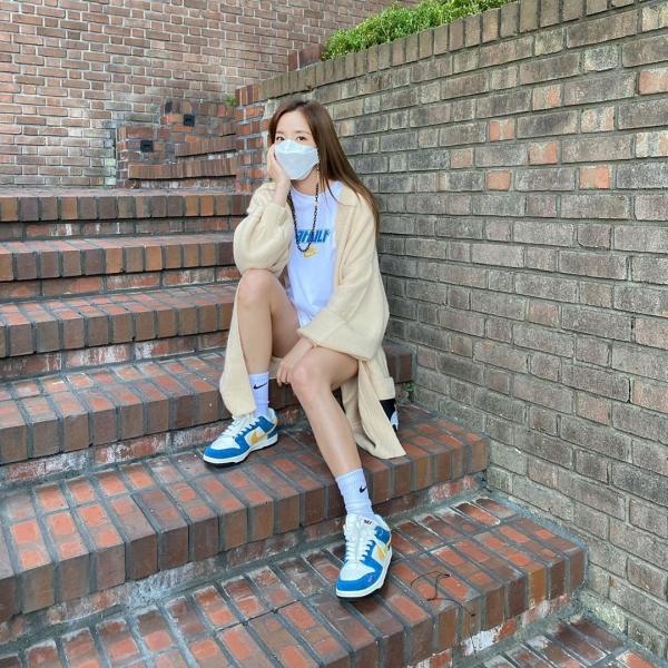 Với Dara thì thời trang mùa thu sẽ là chiếc áo khoác cardigan dáng dài. Cô nàng chọn style giấu quần, đáng chú ý là những dòng chữ màu xanh trên áo xuyệt tông với sắc màu của đôi giày sneaker, tạo nên 1 tổng thể đồng điệu.