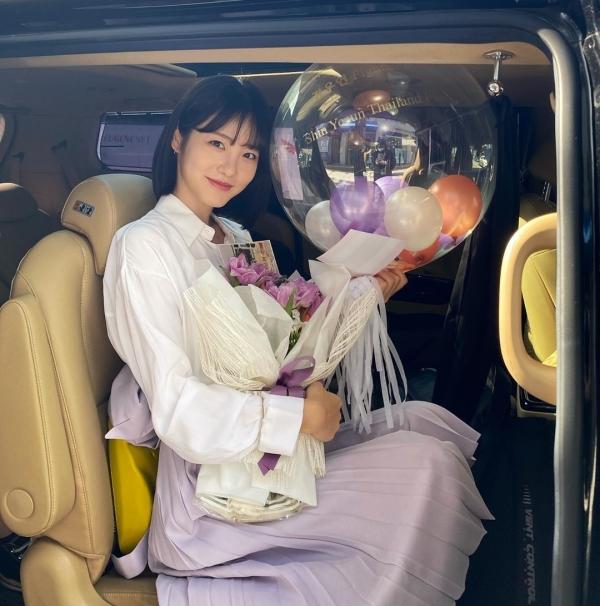 Cơn sốt màu tím đã hạ nhiệt, nhưng chọn màu lavender nhẹ nhàng như Shin Ye Eun thì sẽ không bao giờ lỗi thời được. Cô nàng kết hợp chân váy dài cùng áo blouse cho 1 vẻ ngoài yểu điệu, nữ tính.