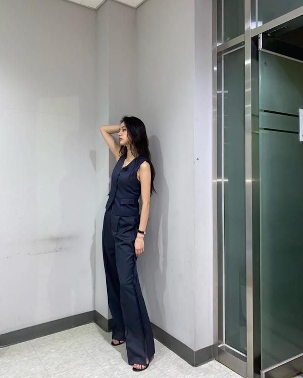 Kiểu áo gile như Hyeri đang mặc đôi khi khiến phái đẹp hơi 'chùn bước' vì sợ sẽ khó mix&match. Trong trường hợp đó, bạn hãy kết hợp với kiểu quần âu tông xuyệt tông như Hyeri, và chọn những chiếc áo trơn màu thôi nhé!