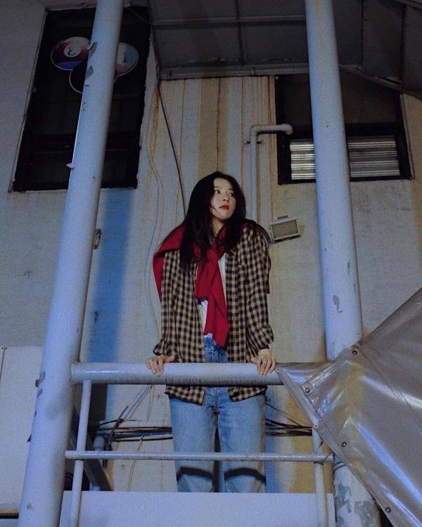 Cũng là 1 set đồ đó, nhưng khi sơ vin áo thun và mix thêm chút sắc đỏ bằng cách cột tay áo khoác lại ở cổ, Seulgi lại như nữ chính trong những bộ phim nghệ thuật.