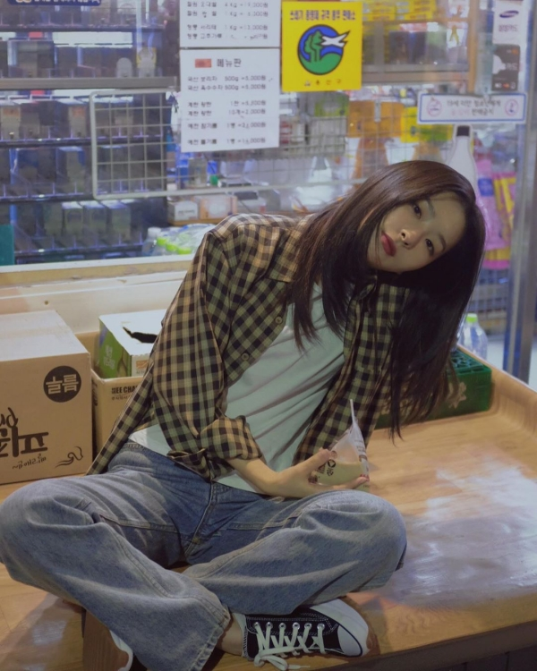 Mặc đồ theo kiểu bụi bặm, nào là quần jeans, áo sơ mi họa tiết kẻ sọc phanh nút và áo thun bên trong, nhưng ở Seulgi vẫn toát lên thần thái nữ tính.
