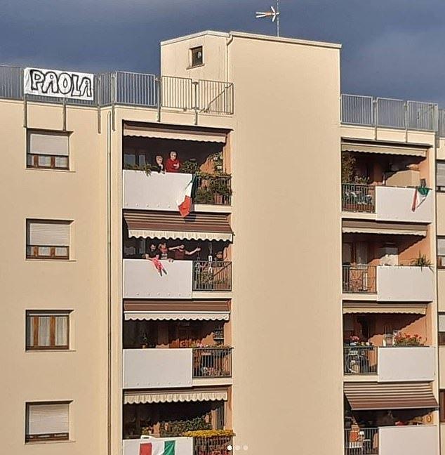 Tấm biểu ngữ lớn có tên Paola mà Michele treo trên tầng thượng tòa nhà