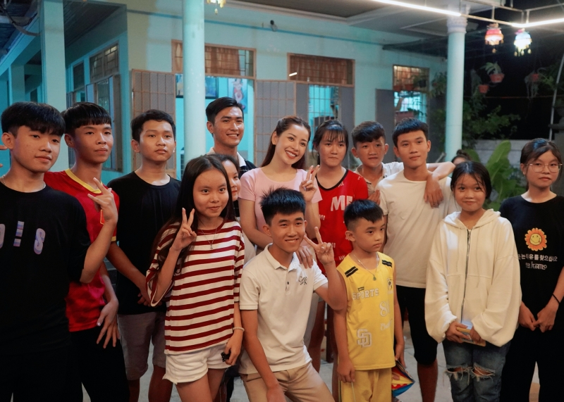 Chi Pu chụp hình cùng các em nhỏ tại chùa An Sơn.