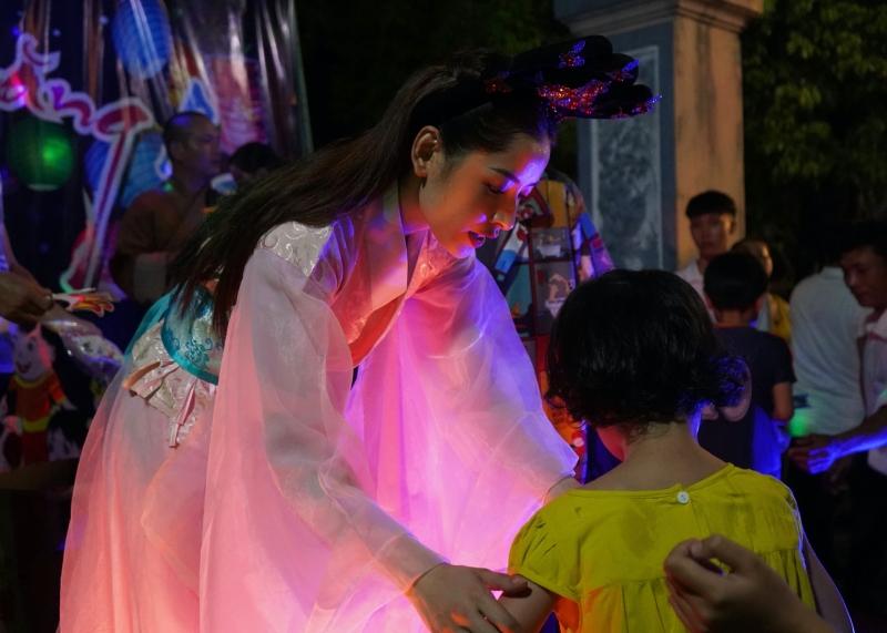 Chi Pu hóa chị Hằng,trao 700 phần quà Trung thu đến người dân tại Phú Yên 1