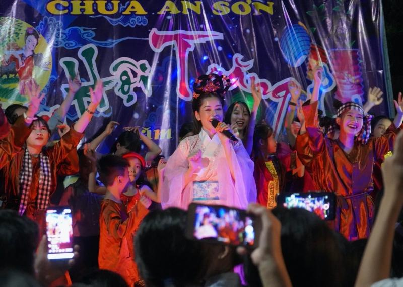 Chi Pu hóa chị Hằng,trao 700 phần quà Trung thu đến người dân tại Phú Yên 4
