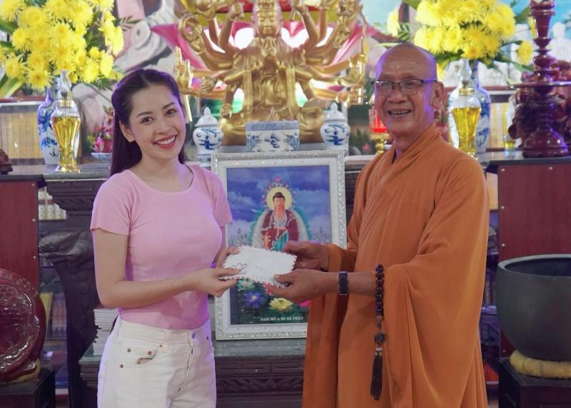Chi Pu hóa chị Hằng,trao 700 phần quà Trung thu đến người dân tại Phú Yên 5