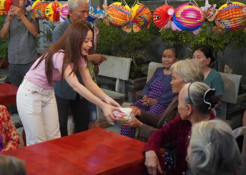 Chi Pu hóa chị Hằng,trao 700 phần quà Trung thu đến người dân tại Phú Yên 6