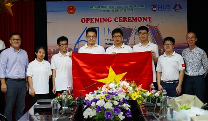 Trưởng đoàn Lê Anh Vinh (bìa trái), Phó trưởng đoàn Lê Bá Khánh Trình (bìa phải) và 6 thí sinh Việt Nam trong lễ khai mạc diễn ra sáng 21-9. Học sinh lớp 10 đầu tiên của Việt Nam được tham dự là Ngô Quý Đăng (thứ hai từ phải sang) - Ảnh: HUS.