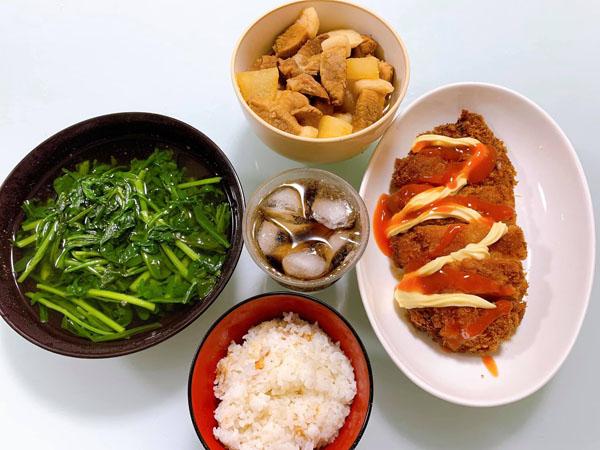 Huy sống xa nhà nên tự vào bếp nấu những món ăn mình thích.