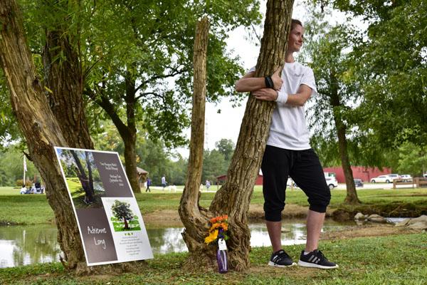Người phụ nữ đứng ôm cây hơn 10 tiếng phá kỉ lục Guinness 0