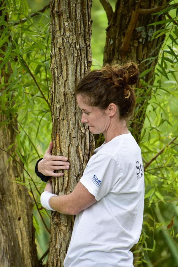Adrienne Long ôm cây suốt hơn 10 tiếng đồng hồ.