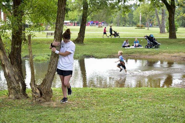 Người phụ nữ đứng ôm cây hơn 10 tiếng phá kỉ lục Guinness 2