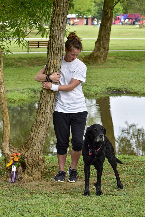 Người phụ nữ đứng ôm cây hơn 10 tiếng phá kỉ lục Guinness 3