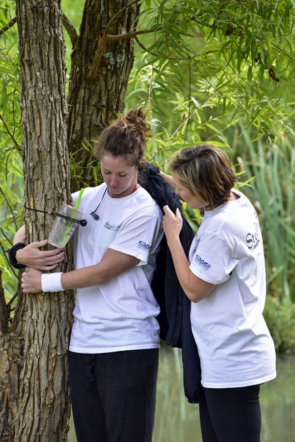 Người phụ nữ đứng ôm cây hơn 10 tiếng phá kỉ lục Guinness 4