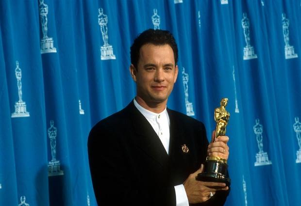 Tom Hanks khi nhận chiếc cúp Oscar vào năm 1995