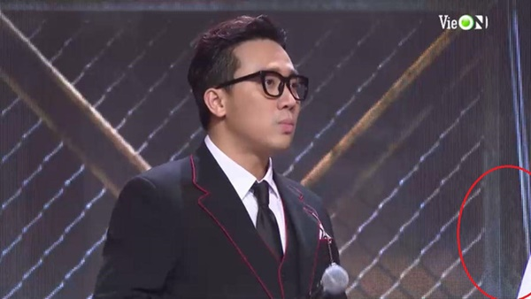Ngoài ra, chi tiết chiếc tay áo màu trắngtrong phân cảnh nói chuyện của Karik và Trấn Thành đã phần nào chỉ ra được người được nhận chiếc nón vàng là Ricky Star.