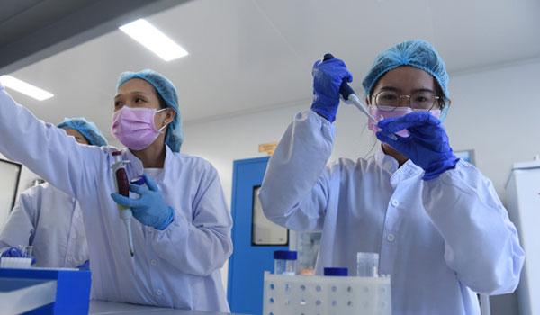 Một công đoạn trong quá trình nghiên cứu sản xuất vắc xin chống COVID-19 tại Công ty cổ phần công nghệ sinh học dược Nanogen - Ảnh: DUYÊN PHAN/tuoitre.vn