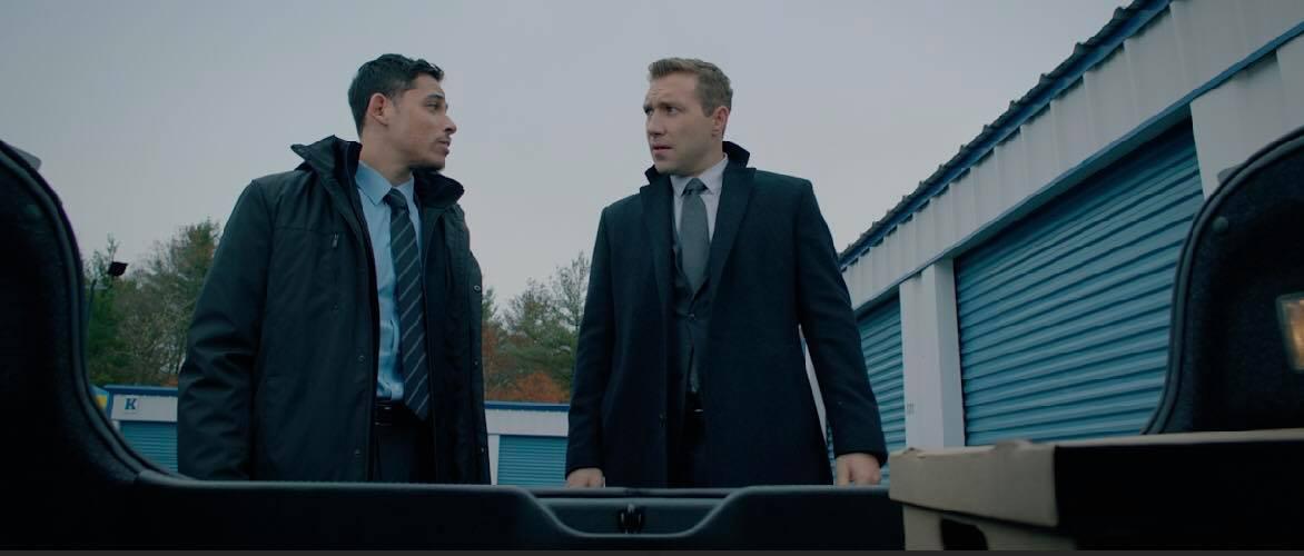 Jai Courtney và Anthony Ramos trong vai hai đặc vụ biến chất của FBI