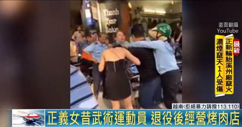 Xuất hiện người phụ nữ 'hiệp sĩ' ra tay cứu trợ người vợ.