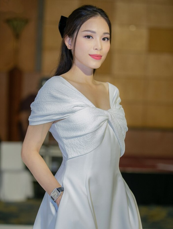 Linh Rin chọn một chiếc đầm trắng tinh khôi phối với các phụ kiện kẹp tóc, giày cao gót đơn sắc nhưng cũng đủ thu hút mọi ánh nhìn.