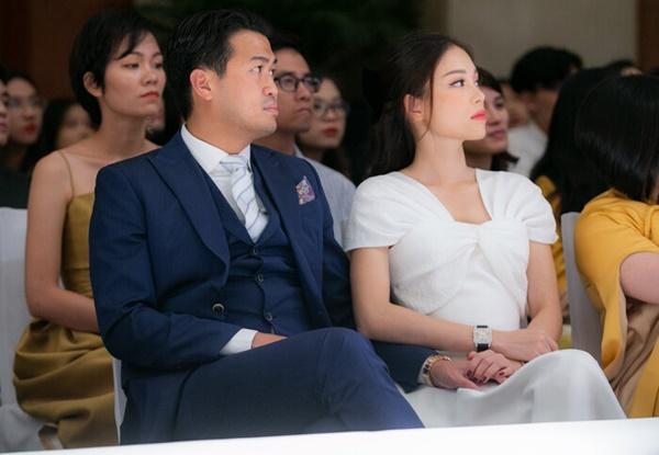 Người yêu điển trai Phillip Nguyễn diện bộ suit lịch lãm sánh đôi cùng cô bạn gái Linh Rin.