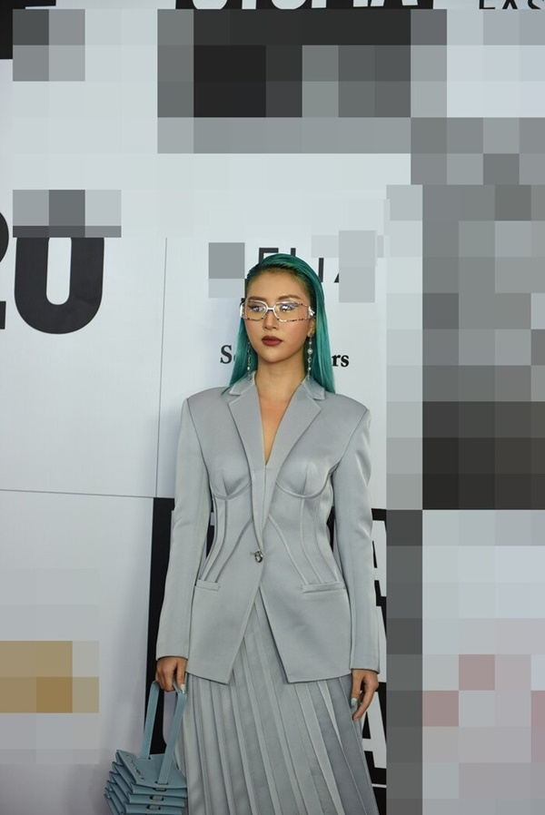 Từ mái tóc xanh, trang phục, túi xách cho đến móng tay đều mang tông xanh 'lạnh toát' nhưng giúp nữ fashionista vừa 'cool' nhưng cũng không kém phần sang trọng.