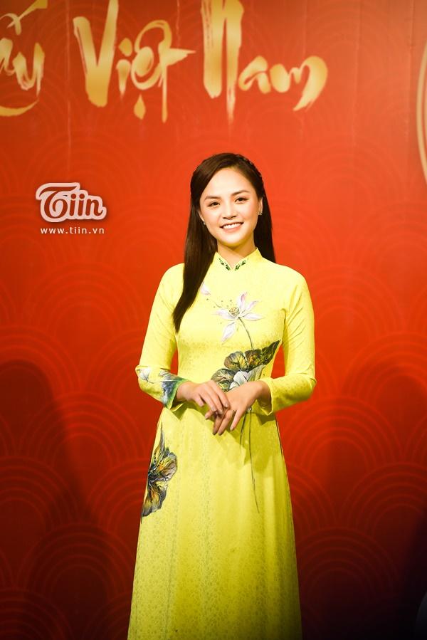 Thu Quỳnh diện bộ áo dài vàng tươi rạng rỡ, thanh lịch và trang nhã đúng chất sự kiện trọng đại.