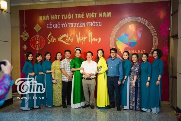 Giám đốc nhà hát Tuổi Trẻ Việt Nam NSƯT Chí Trung và dàn nghệ sĩ chụp ảnh lưu niệm trong ngày diễn ra lễ cúng Tổ nghiệp