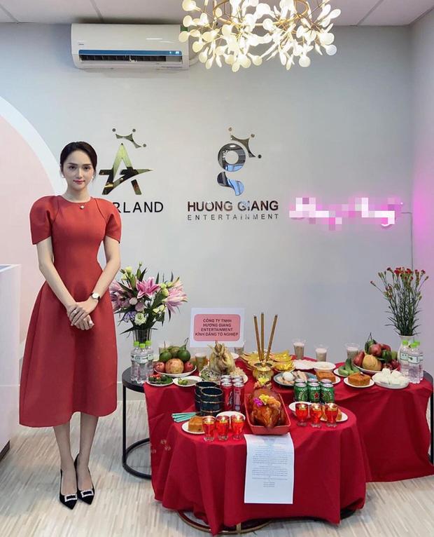 CEO Hương Giang bày biện đồ lễ trong công ty