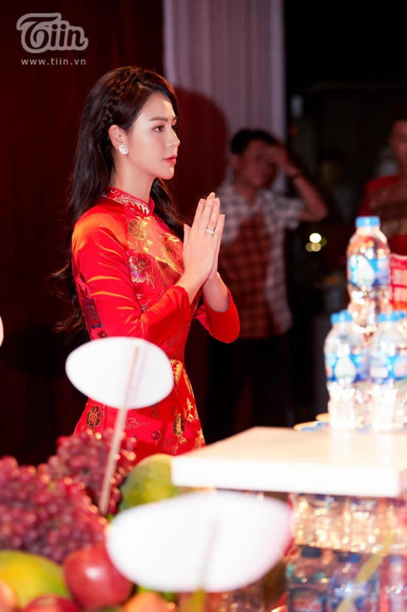 Diễn viên Phan Thắng và Thu Trang thành kính dâng hương,thực hiện nghi lễ cúng Tổ nghiệp