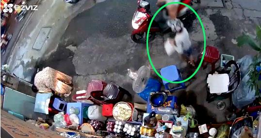 Người phụ nữ xúi cậu bétrộm tiền của bà cụ, nhanh như chớp mắt...