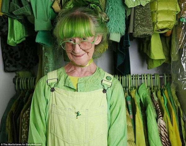 20 năm mặc đồ xanh lá, cụ bà lan toả niềm vui với mọi người xung quanh 0