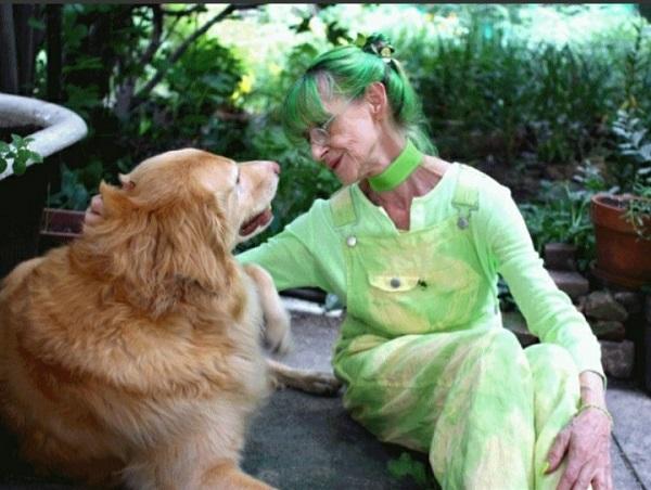 20 năm mặc đồ xanh lá, cụ bà lan toả niềm vui với mọi người xung quanh 2
