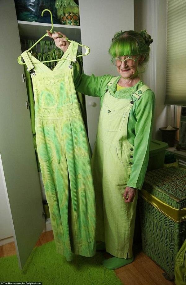 Bà nhuộm xanh mọi món đồ bà mua về.