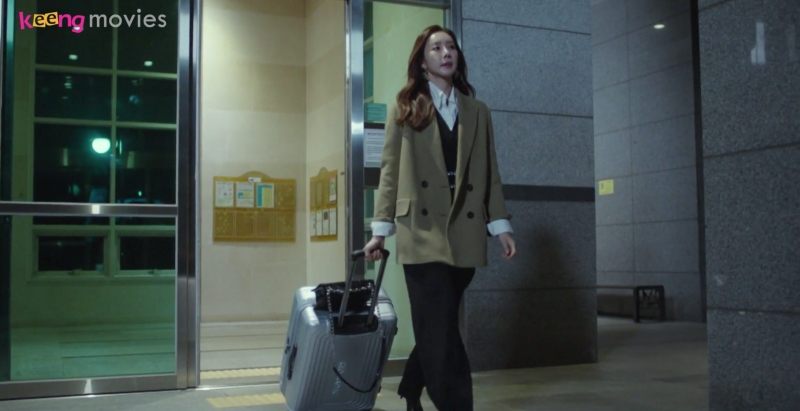 Cùng lúc đó, Hae Sook kéo vali ra đi