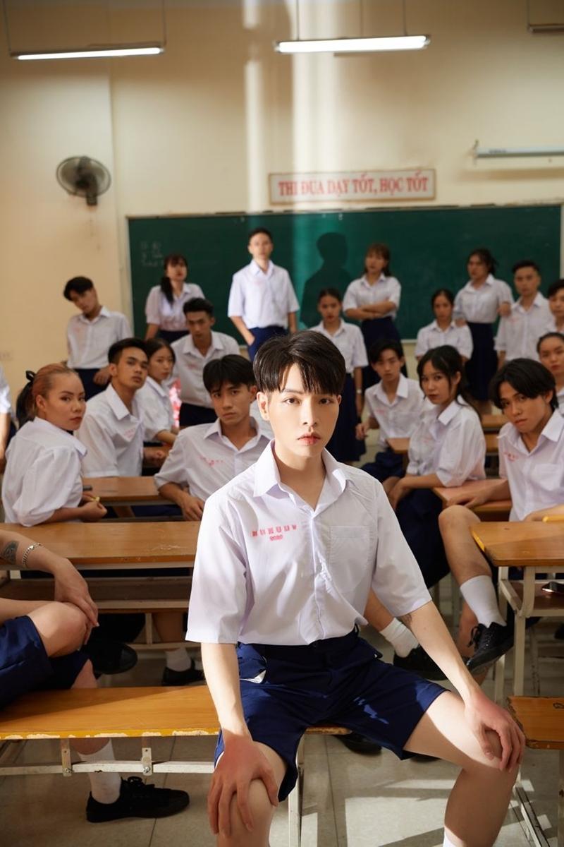 Cụ thể, một bộ phận khán giả đã tỏ ý không hài lòng về việc đồng phục Thái Lan được sử dụng trong một MV lấy bối cảnh ở trường cấp 3 Việt Nam.